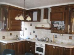 Кухня из натурального дерева коричневая с