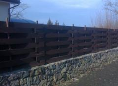 Деревянный забор темный
