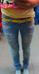 Светлые рванные джинсы с потёртостями