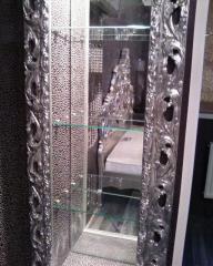 Зеркало с полками в нише обрамлённой багетом.