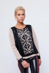 The combined blouse in ethnic style