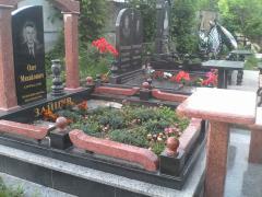 Памятник с тумбами цветником и надписями