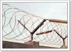 Проволока Егоза - колюче-ленточное режущее ограждение из оцинкованной проволоки и листа диаметром 400-800 мм с кронштейнами для монтажа