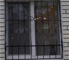 Решетки на окна для защиты помещения и двери