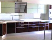 Кухни с фасадами из крашеного стекла заключенного