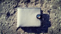 Стильний біло-чорний гаманець з натуральної шкіри.