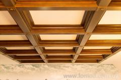 Кессоный деревянный потолок.