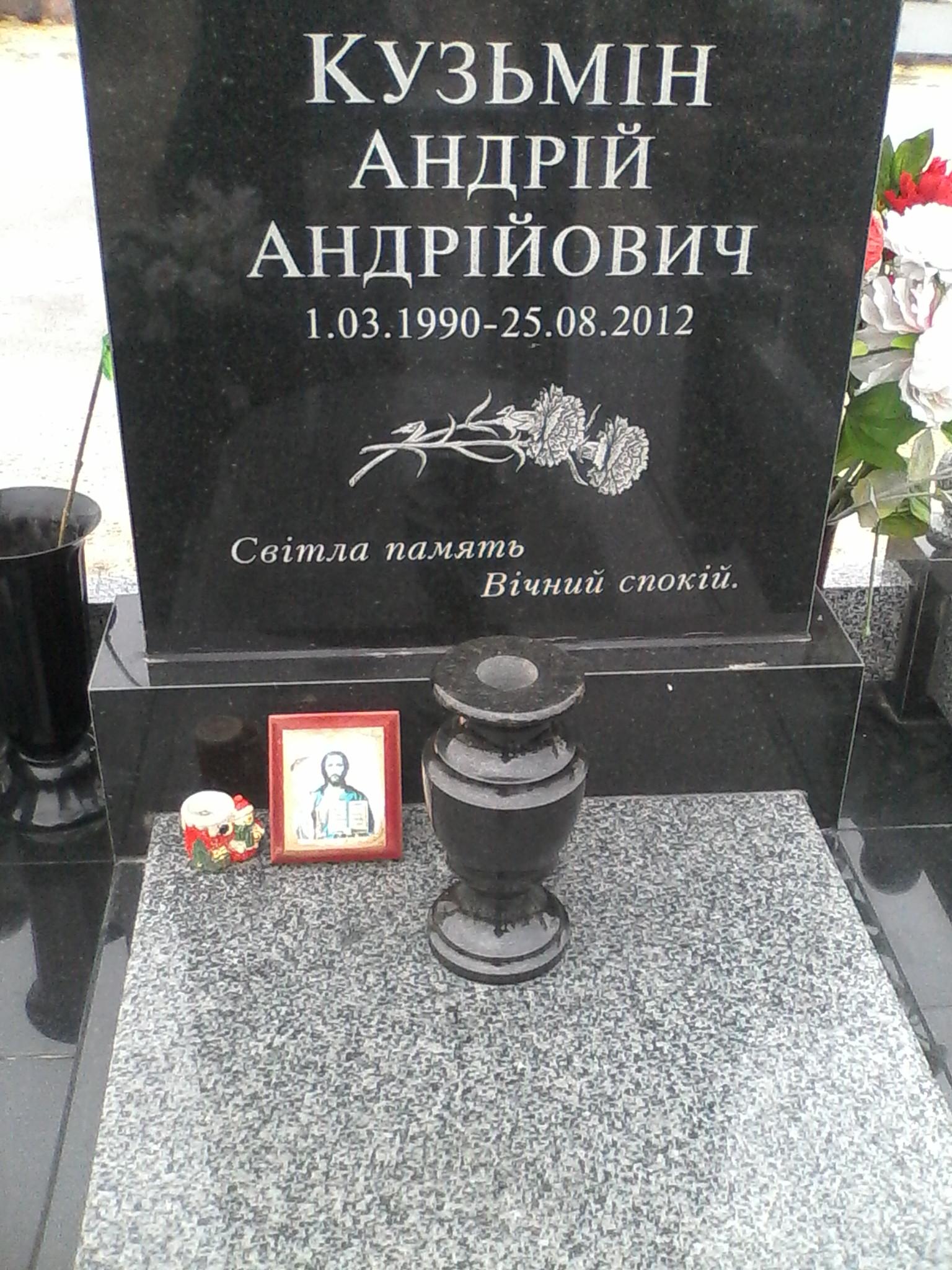 czvetochniczy_dlya_pamyatnika_iz_granita