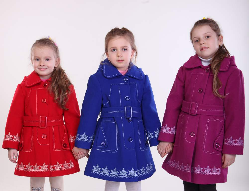 Каждой девочке понравится расклешенное пальто с вышитыми узорами