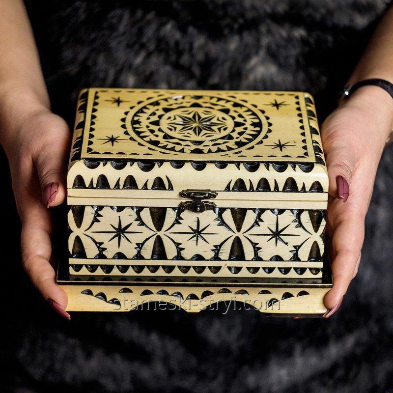 shkatulka_izgotovlena_v_stile_geometricheskoj