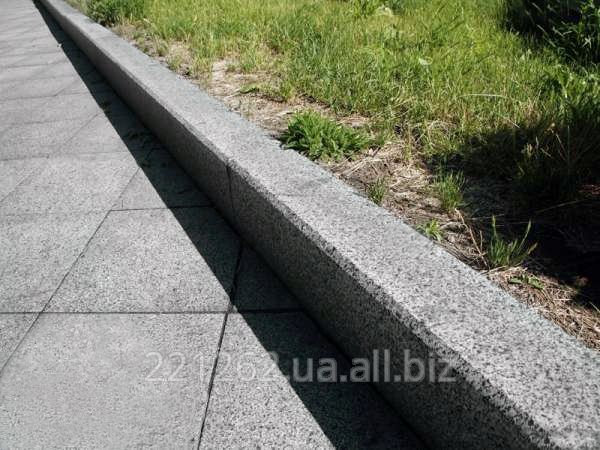 bordyur_z_faskoyu_10_cadovij_100h80hl_600_1200mm_kapustyanske_granit_oranzhevij_pilenij