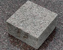brukivka_pilena_100h100_mm_tovshhina_30_mm_pokostovske_granit_sirij
