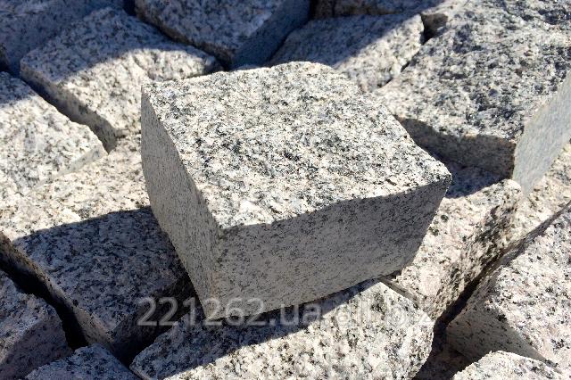 brukivka_pilena_200h100_mm_tovshhina_50_mm_leznikivske_granit_chervonij