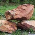 Глыбы песчаника коричневого и полосатого цвета