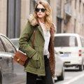 Для женщин теплая. зимняя. длинная куртка с капюшоном.