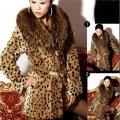 Теплая меховая женская куртка с меховым воротником.