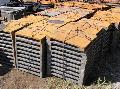 Чугунные плиты для защиты от воздействия раскаленного кокса обслуживающих площадок с машинной и коксовой сторон батареи, рельсового пути, футеровки внутренней поверхности вагона коксотушильного.