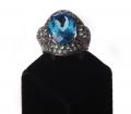"""Кольцо серебряное """"Эксклюзив"""", вставки голубой топаз, кубический цирконий,покрытое черным родием (Артикул 40137.17.5)."""