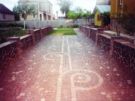 Заказать Укладка тротуарной плитки брусчатки