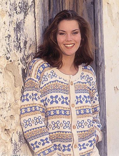 вязание на спицах женского пуловера с косами