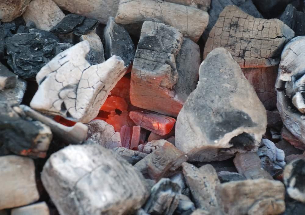 Заказать Экспорт древесного угля из Украины. Древесный уголь из твердых сортов древесины бук, ясень, граб, вяз, дуб, клен. Продукция соответствует европейским стандартам качества Din, Din+, показателям украинских стандартов ГОСТ 7657-84. Продажа угля на экспорт