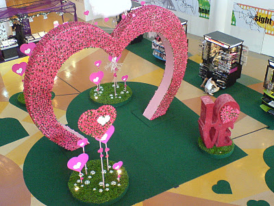 Заказать Оформление торговых центров, тематическое и сезонное оформление, декор для магазинов на день Валентина Киев