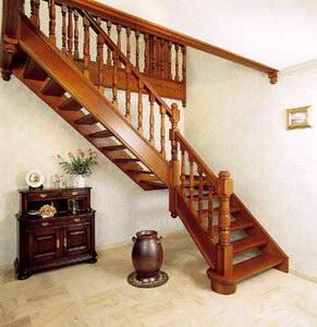Заказать Проектирование и изготовление лестниц из высококачественного массива натурального дерева.