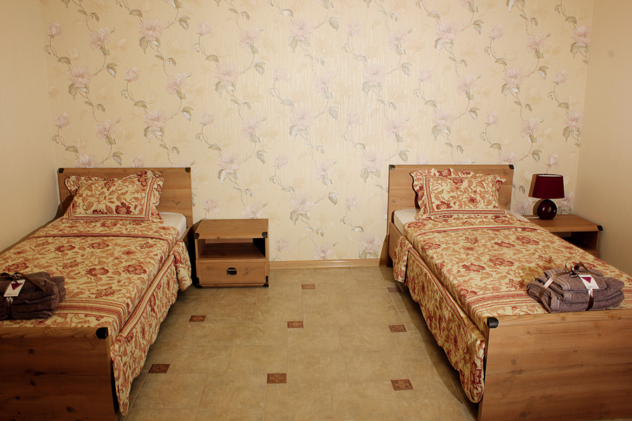 Заказать Сдаются номера в Бердянске. В каждом номере душ, туалет, кондиционер, TV, интернет, комфортабельная мебель