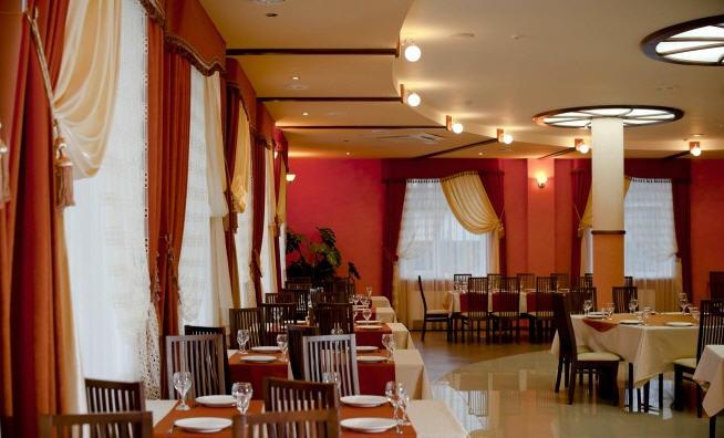 Заказать Ресторан в гостинице, основной и банкетный залы. Деревянные беседки