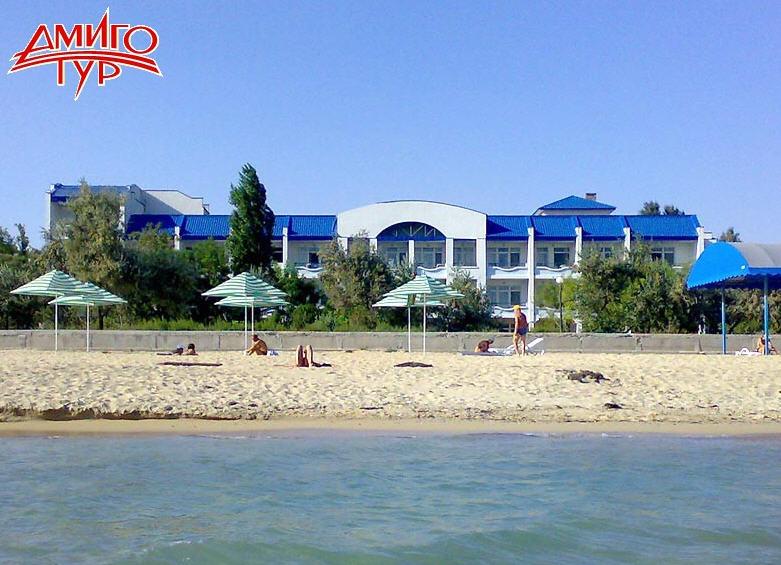 Заказать Национальный центр Украина предлагает одну из лучших на курорте пляжных зон протяженностью 1,5 км. Пляж оборудован всем необходимым: кабинками для переодевания, теневыми навесами, возможен подъезд к морю на колясках.