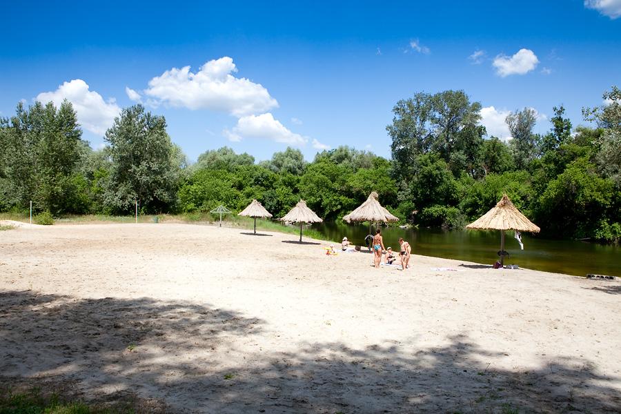 Заказать Семейный отдых на берегу реки, в комфортабельных номерах, русская баня, бильярд, кафе, чистый, большой пляж, пляжный волейбол, бар на пляже, пляжная дискотека.
