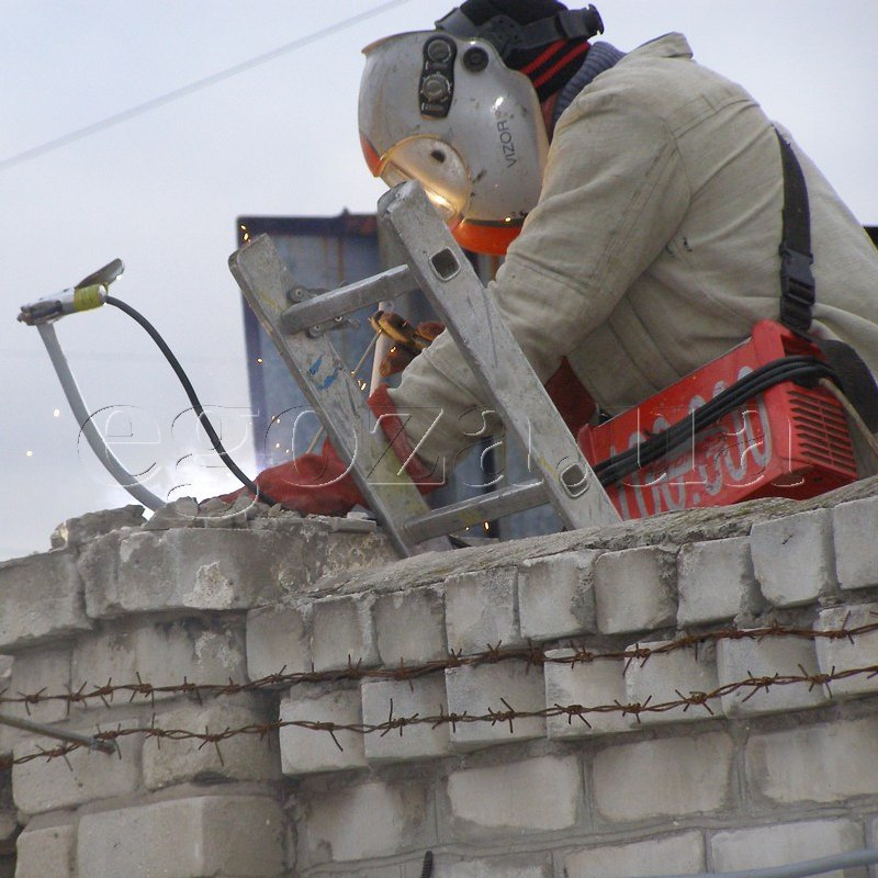 Услуги по строительству ограждений, оград, заборов из колючей проволоки Егоза, Концертина