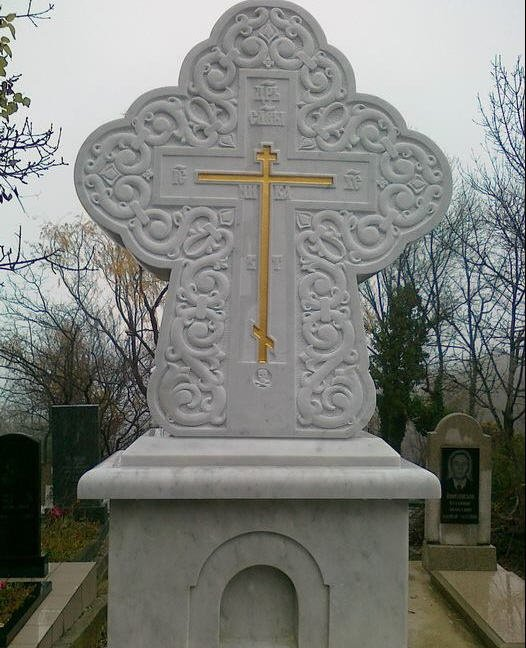 Монтаж мраморного креста на Ялтинском кладбище.