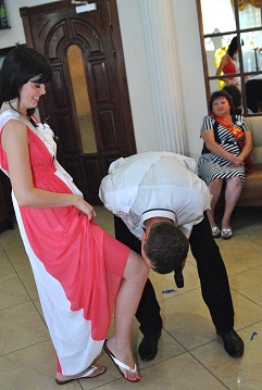 Заказать Ведущий на свадьбу(без переодеваний, шутовства, клоунады и балагана) – весело, креативно, ярко и красиво.