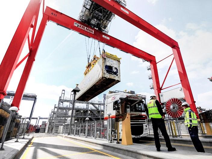 Hajók fel- és lerakodása, kisérése, kikötői és dokki kezelése
