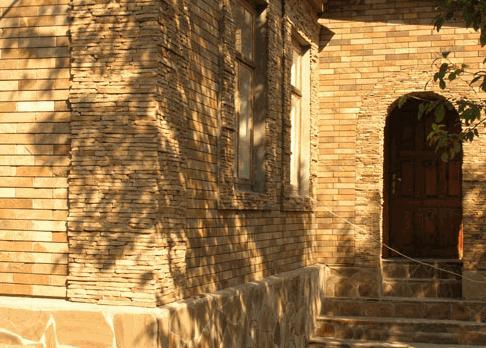 Заказать Фасад здания из природного `камня-дикаря` (песчаника). Разработка дизайн-проектов, дизайнов фасадов ресторанов, кафе