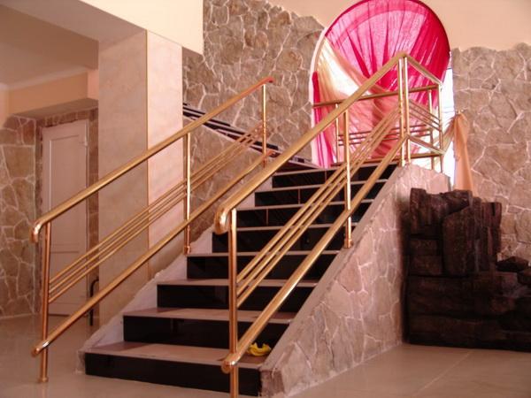 Производство сборных декоративных ограждений для лестниц и балконов с покрытием нитридом титана. Предлагается большой выбор поручней, перил, ограждений для лестниц из нержавеющей стали марки AISI-304.