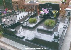 Socle revetted with a granite tile