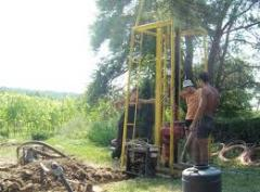 Drilling of wells, device of wells, drilling of