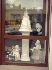 Оформление витрины керамическими изделиями ручной