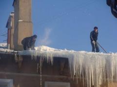 Чистка от снега крыш. Очистка крыш от снега и сосулек