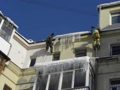 Cleaning of roofs from snow and icicles.