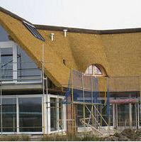 Укладка соломенной крыши, устройство мансардных