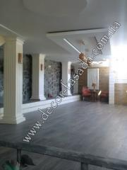 Finishing by a natural stone of walls and floors