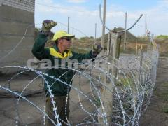 Installation of obstacles from a barbed wire the