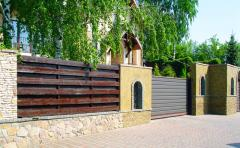 Construction of a wooden fence for giving, at