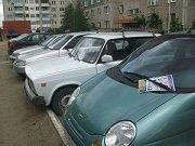 Раздача листовок под дворники автомобилей