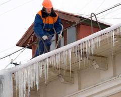 Cleaning of a flat roof of garbage, snow, icicles