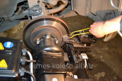 Groove of brake disks without removal of wheels