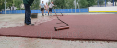 Laying of a bulk seamless rubber covering from a